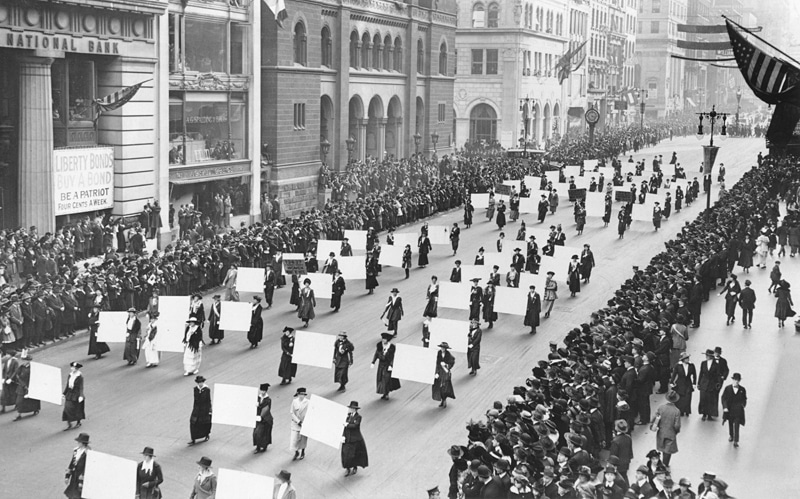 Suffragists_Parade_Down_Fifth_Avenue