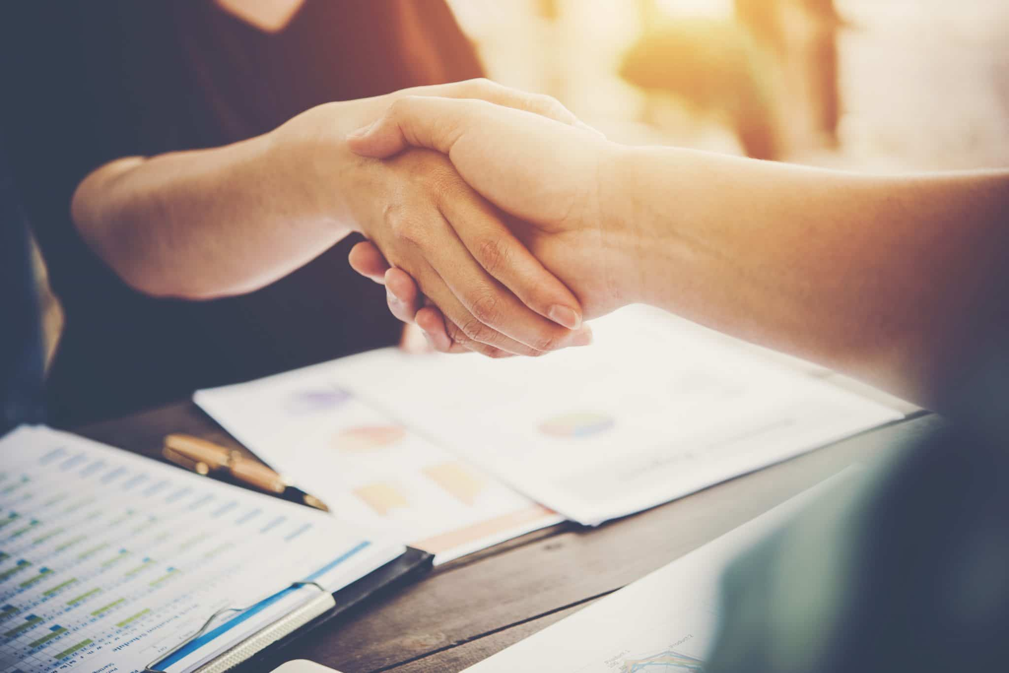 oameni-afaceri-semnand-contract